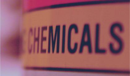 Vigor indenizará auxiliar de produção por causa de acidente com produtos químicos