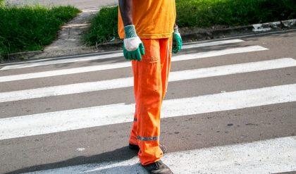 Município paranaense deve pagar adicional de insalubridade em grau máximo a varredora de rua
