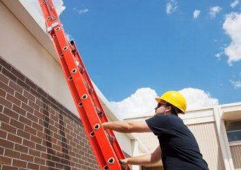 Condomínio residencial é responsabilizado por acidente com faxineiro que caiu ao limpar fachada